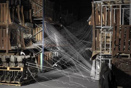 Tejiendo los Restos del Naufragio (II), 2012 Fotografía sobre arpillera, medias, hilo y tubo de hierro Medidas de la fotografía  157 x 258 cm. Medidas de la fotografía con la instalación variables
